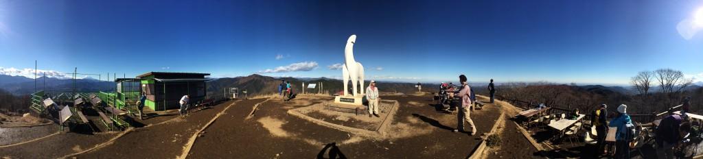 興奮が止まらない。360°絶景の陣馬山頂