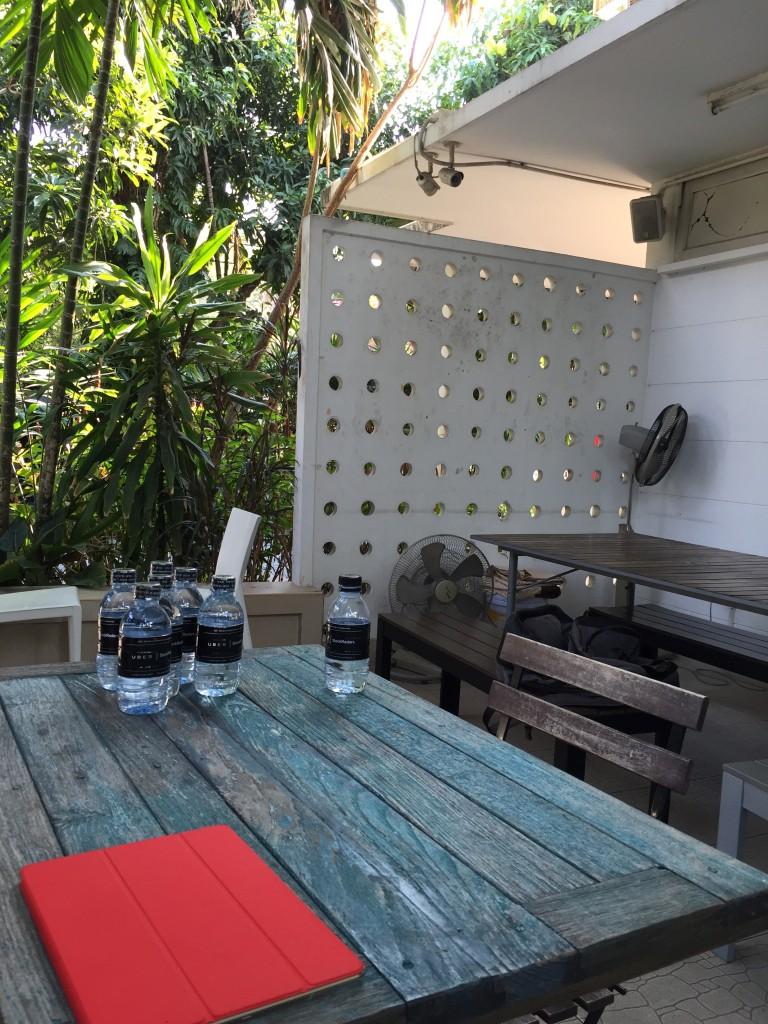バンコクのエカマイ駅から徒歩15分ほどにあるコワーキングHUBBAのテラス席