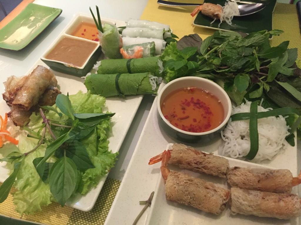 ベトナムの食事は、メインよりも付け合せの香草の方が量が多い!