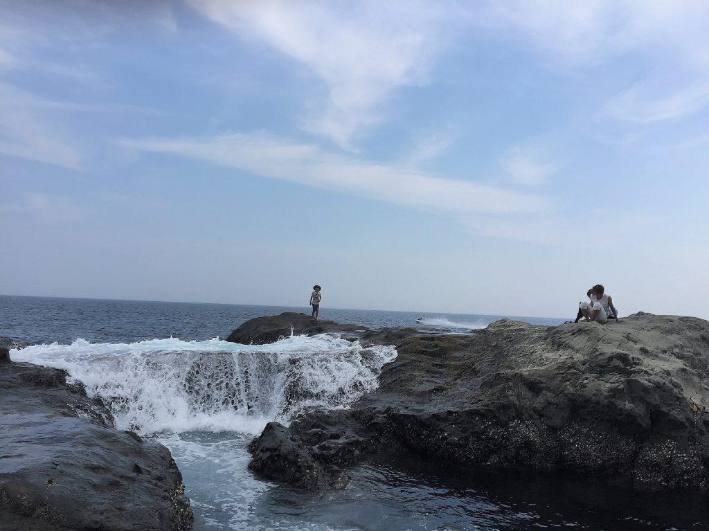 江ノ島の波打ち際