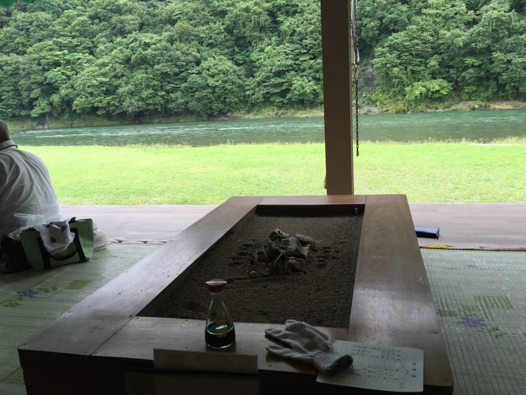 天然鮎の炉端焼き。那須烏山落石観光やな「ひのきや」の絶景