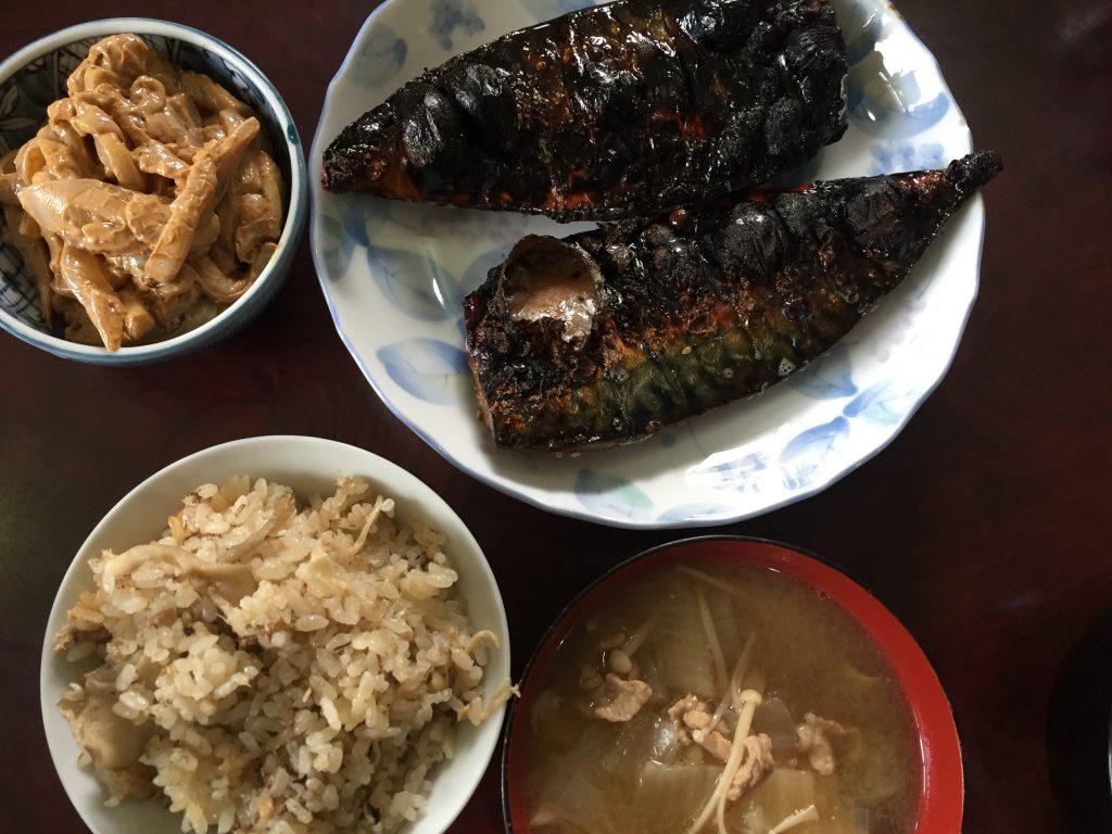 サバのミリン干し・炊き込みご飯・イカの塩辛・豚汁らしきもの