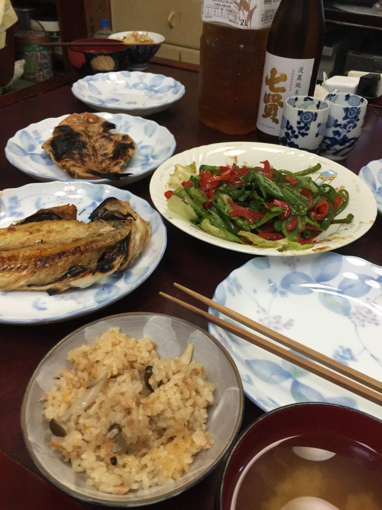 青椒肉絲の肉抜き・アジの干物・炊き込みご飯・ワカメの味噌汁