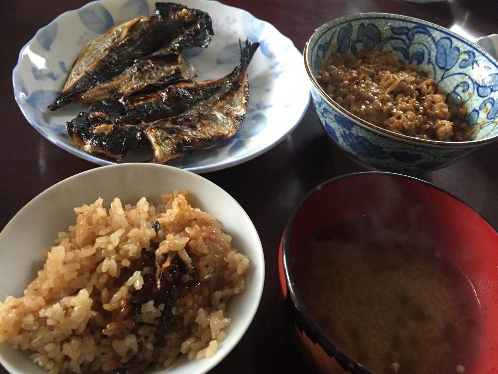 アジの干物・ガーリック炊き込みご飯・納豆・味噌汁