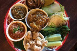 Nam Prik Aong(ナンピックオン) Spicy pork minced and tomato dip(豚ひき肉とトマトソースのタレ、蒸し野菜添え) ※別盛りで注文すると65B