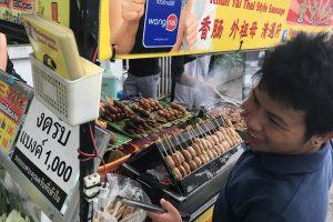 【チェンマイ】地元で大人気の屋台のソーセージが激安なのにうまい✨