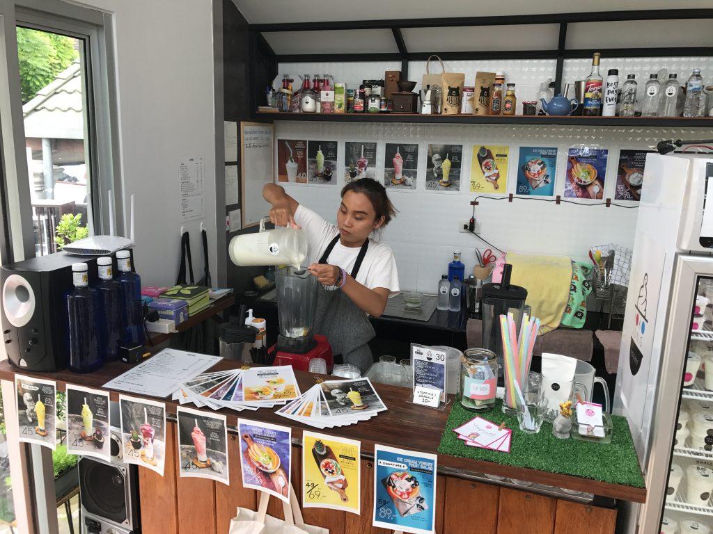 チェンマイのカオソーイ人気店のお隣のYoko Jungのスムージー