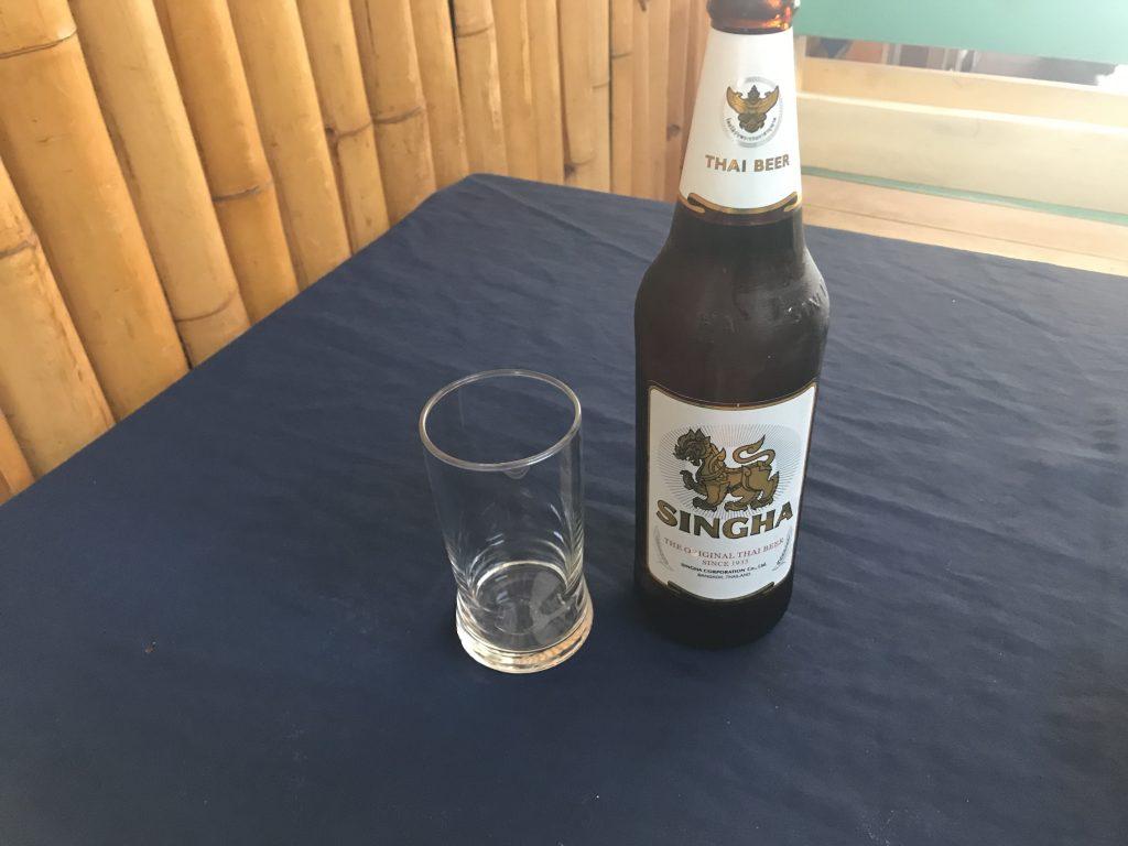 シンハービール(大瓶)(250円)