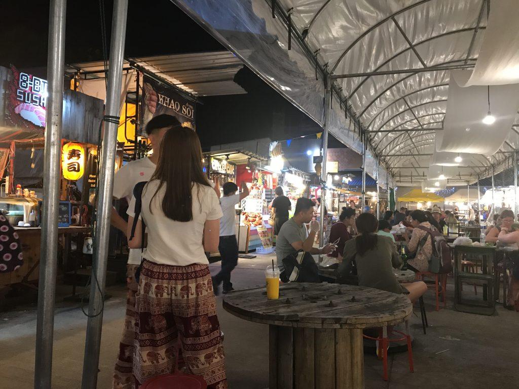ナイトマーケットには食べ物と飲み物中心のエリアがあった!