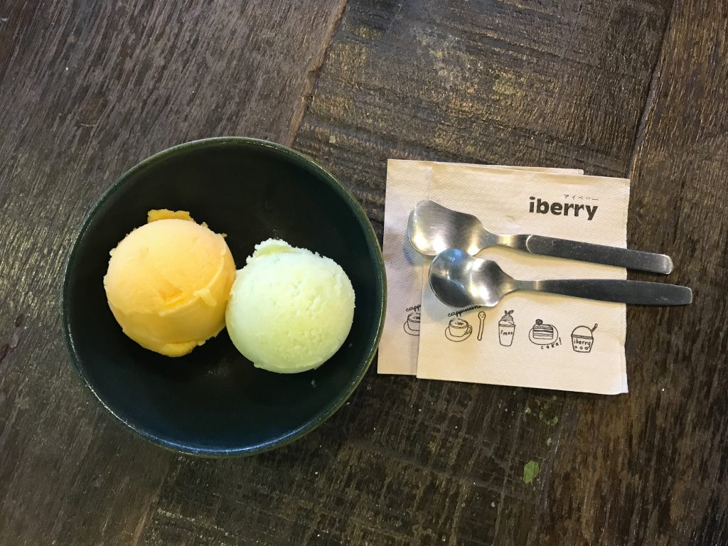 2 scoops of ice cream (green mango & mango passion) 460円