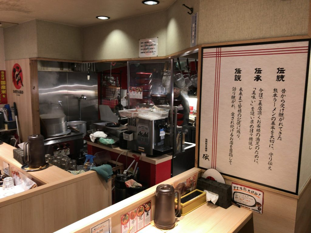熊本ラーメンの人気店「伝」の店内