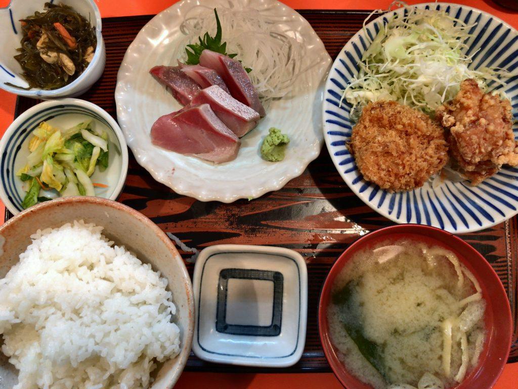 はまち刺身と唐揚げ・コロッケ定食(880円)