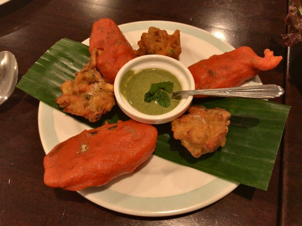 季節の野菜のインド風天ぷら(パコラ) 新鮮なすのインド風天ぷら(ベグニ)