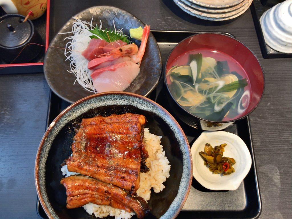 うな丼と刺身付き定食(1,500円)と生牡蠣(300円)