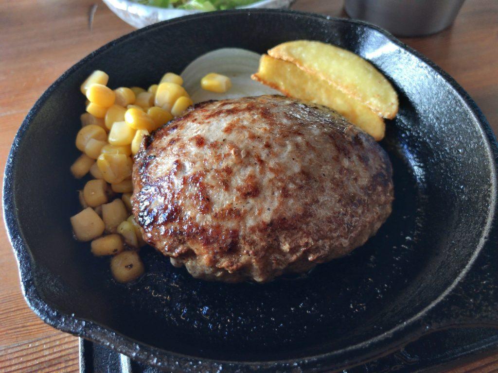 STOVEの黒豚ハンバーグ定食の付け合せ(ポテト・玉ねぎ・コーン)