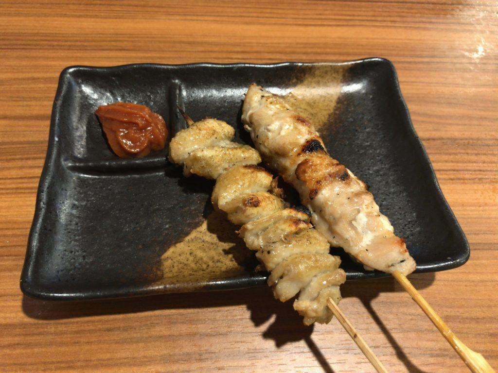 かわ串ー塩(120円) 鶏もも串ー塩(120円)