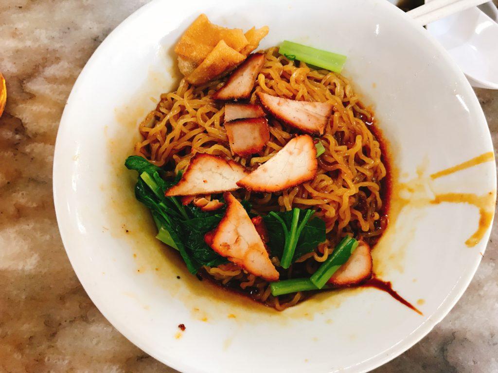 ジョホールバルの街の食堂「Restoran Beeken Yen」の揚ワンタン麺(200円くらい)