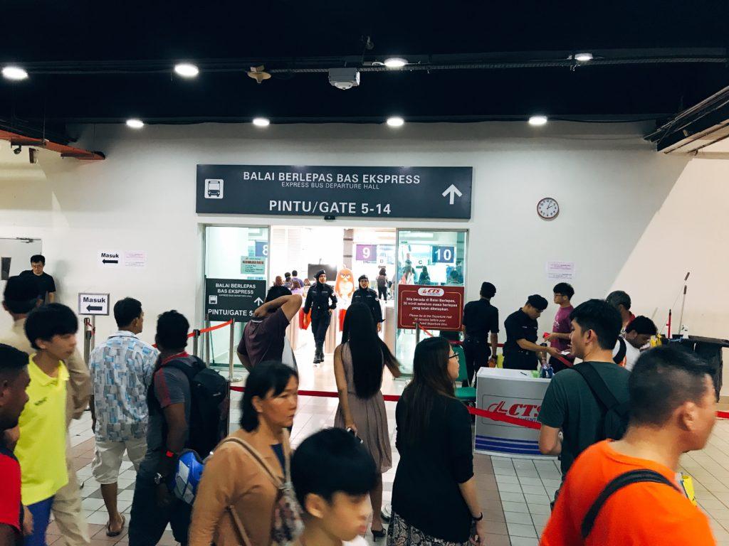ターミナルの入口を通過できるのは出発30分前から