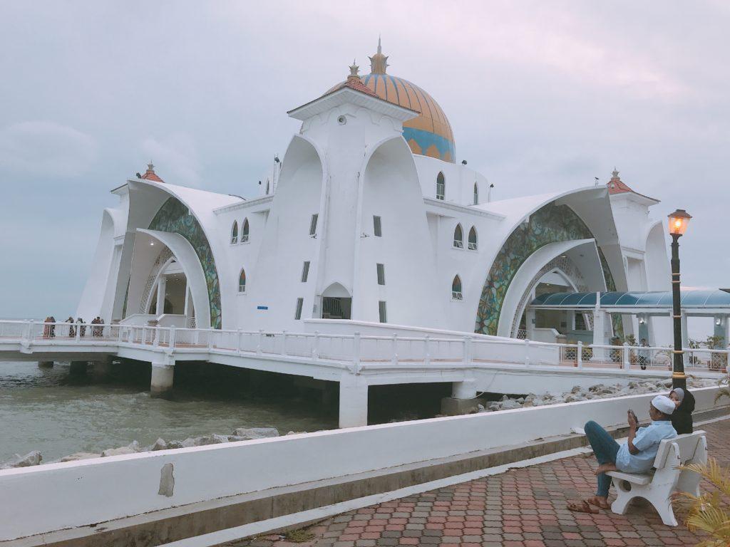 マラッカ観光の人気スポットMasjid Selat Melaka(水上モスク)の入口