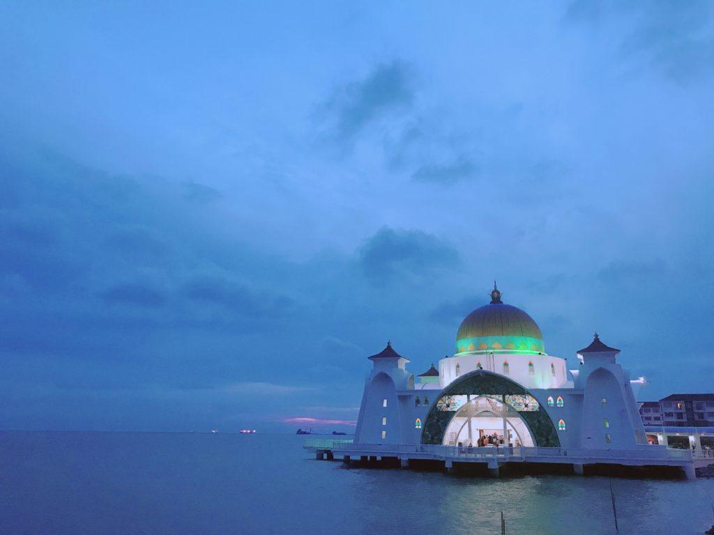 マラッカ観光の人気スポットMasjid Selat Melaka(水上モスク)の夕暮れ