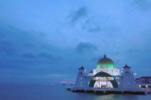 マラッカ観光の人気スポット「水上モスク」幻想的な夕暮れが美しい