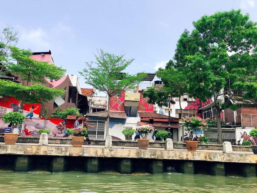 マラッカリバークルーズで川から観るマラッカのアーティスティックな街並み