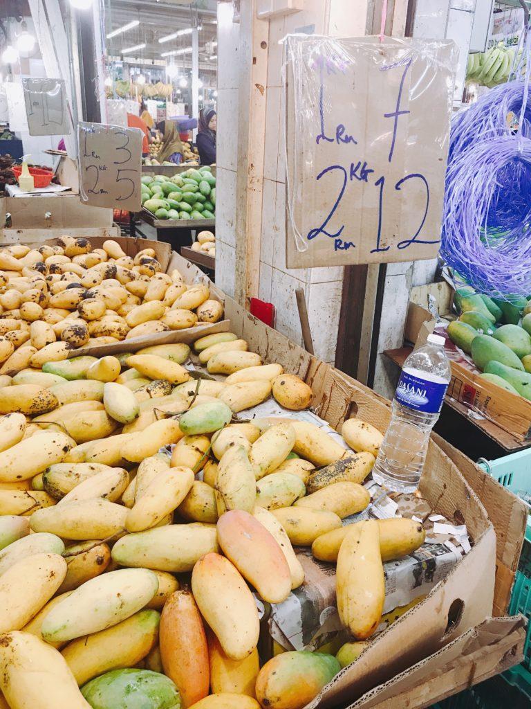 市場で新鮮マンゴーを探す旅