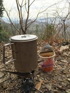 山で食べると何故かおいしいカップラーメン