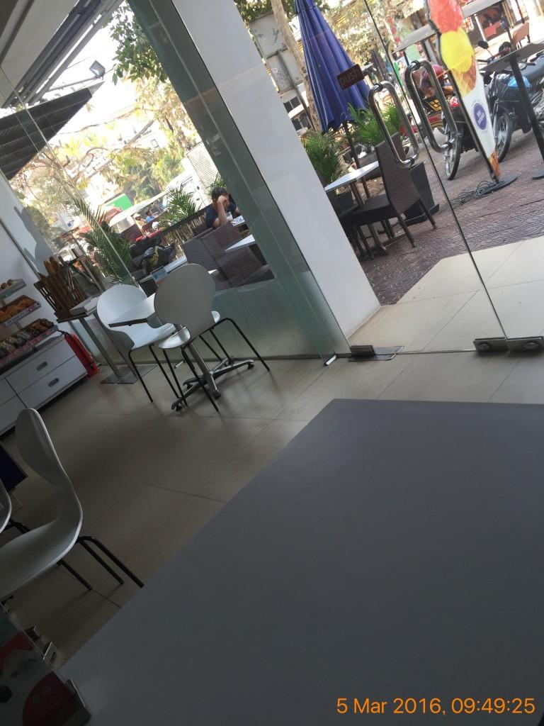 シェムリアップのオススメ無料WiFiスポット第3位 Blue Pumpkin(sivatha street店)は外の景色が楽しめる