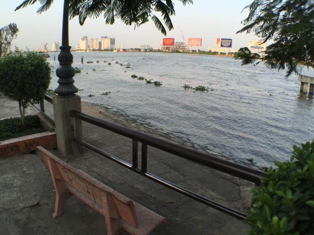バインミーをテイクアウトしてサイゴン川の川岸で食べる