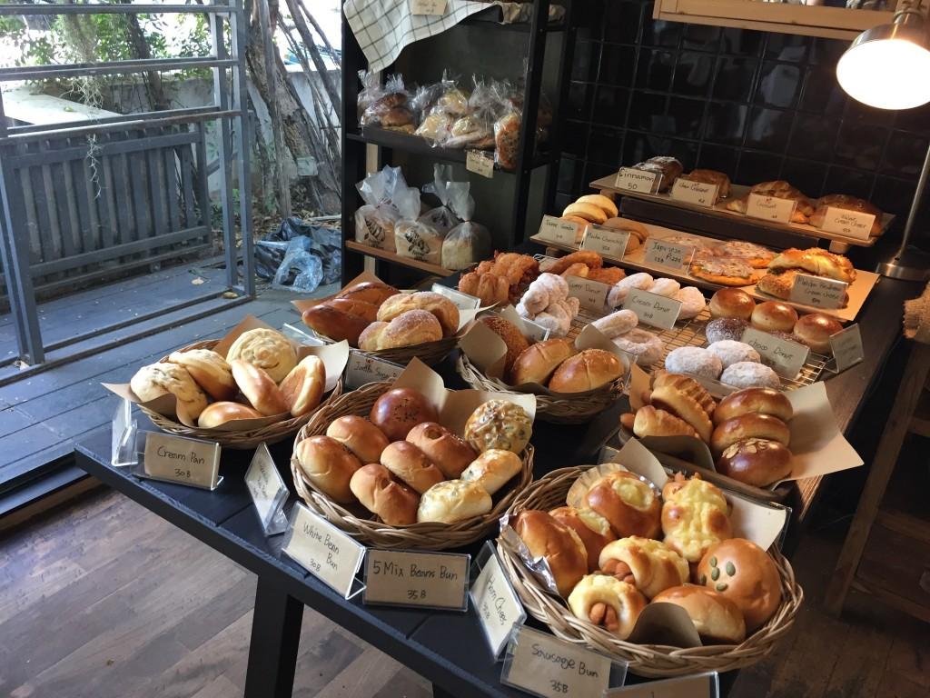 バンコクのアソーク駅からSoi23沿いにあるIWANE1975はパンがたくさん