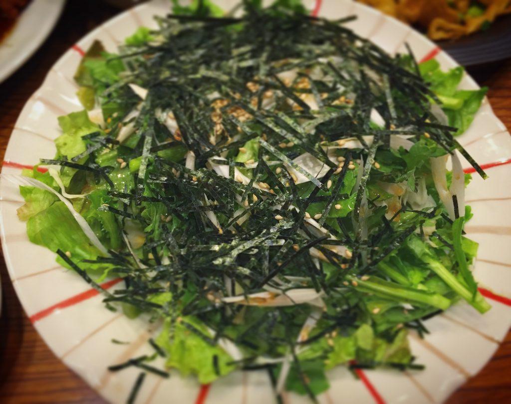 【柏】居酒屋グルメ感覚で楽しめる「食事処とんき」の春菊のサラダがうまい!