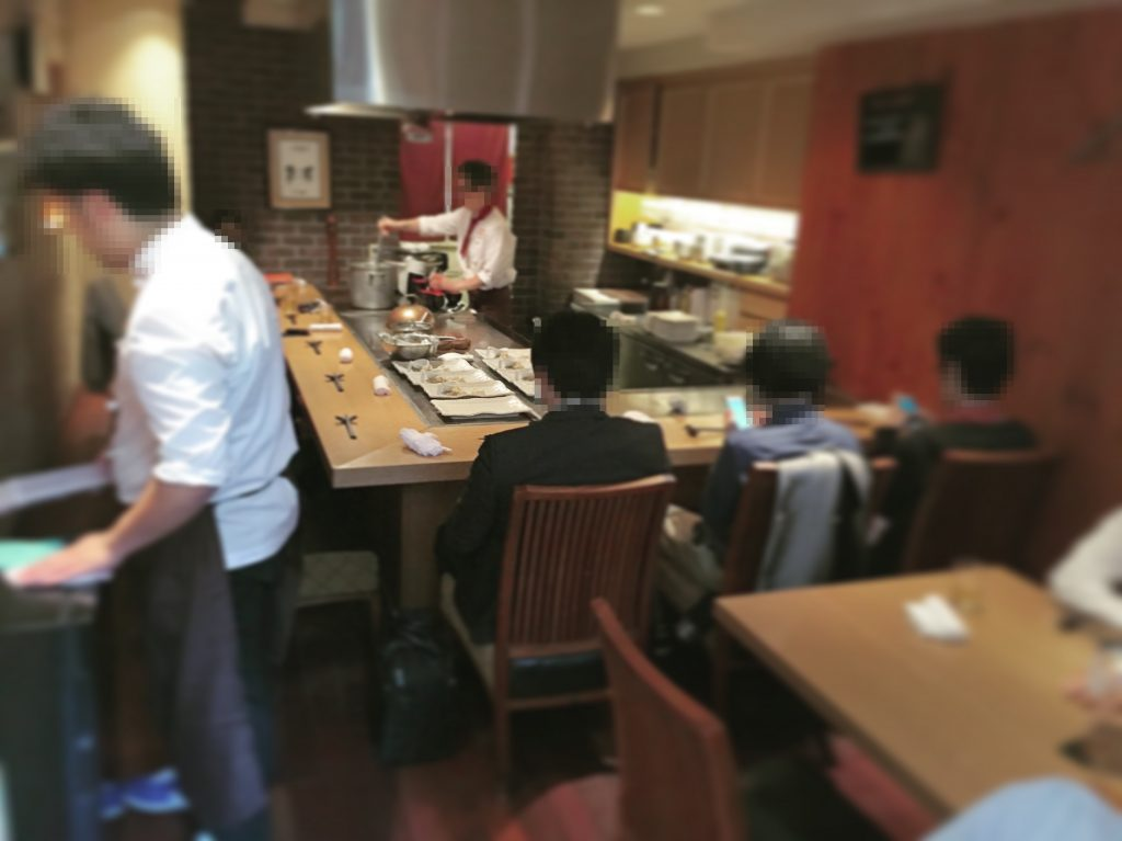 席数13席のこじんまりとしたお店はランチもディナーも大人気!