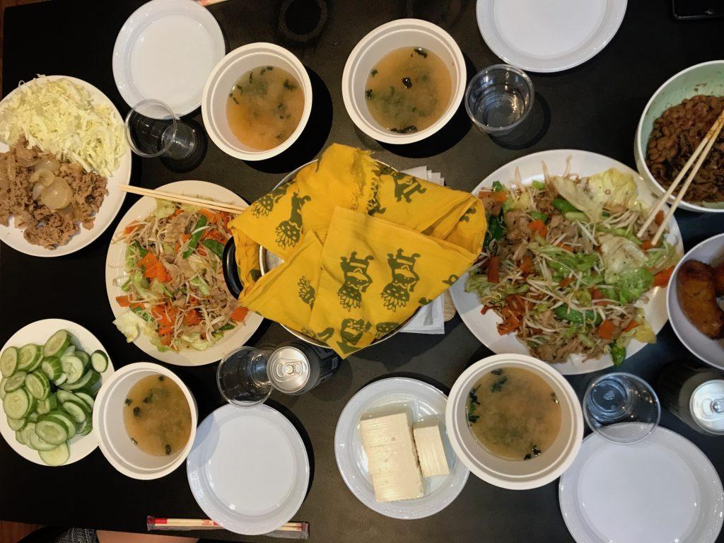 (調理時間80分)ホームパーティーやってみた!(野菜炒め・生姜焼き・白米・味噌汁・豆腐・納豆・キュウリ)