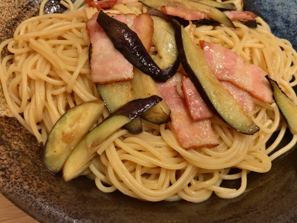 スパゲティ心の特選醤油バター風味「ナスとベーコン」¥1,050円(+100円:大盛)