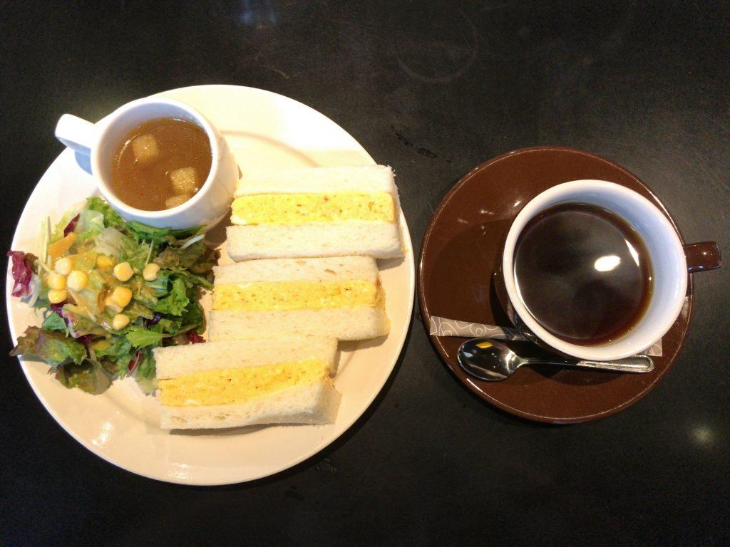 カヤバ珈琲の大人気たまごサンドセット(モーニングは800円)