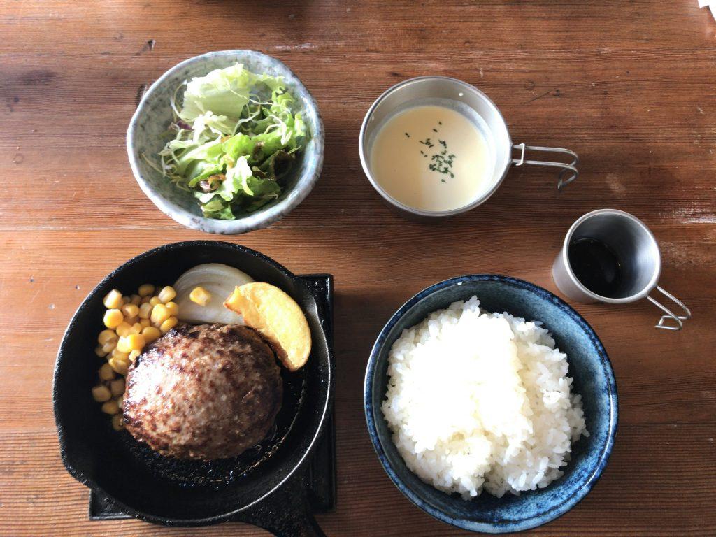 STOVEのランチ名物「黒豚ハンバーグ定食」1,000円 ※ご飯大盛り