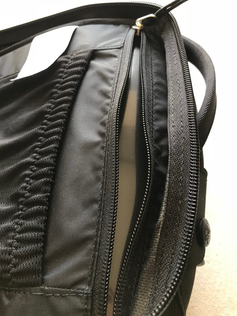 ③背面側に厚みがあるので入れる荷物を選ばない!