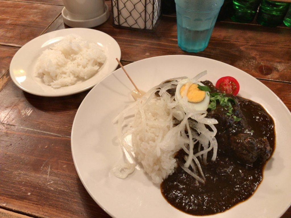 リトルスパイスのブラックカレー(Black Chicken Curry とても辛い)970円+ライス大盛り(85円)