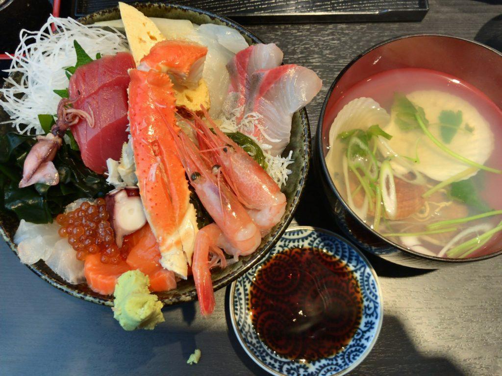 さかなや(本店)の豪華海鮮丼(1,500円)+別盛りライス(200円)