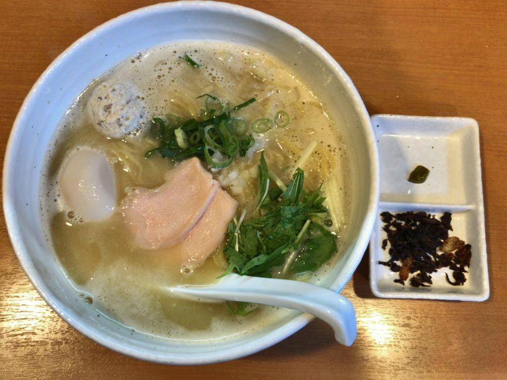 らーめん銀杏(亀有店)の鶏SOBA塩・全部乗せ(1,050円)