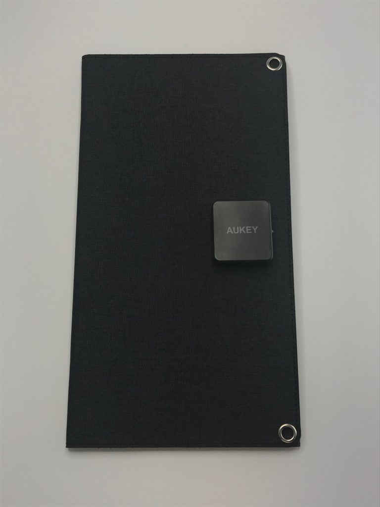 ① USBポートを2つ装備!スマホ2台/スマホとモバイルバッテリー両方充電できる!