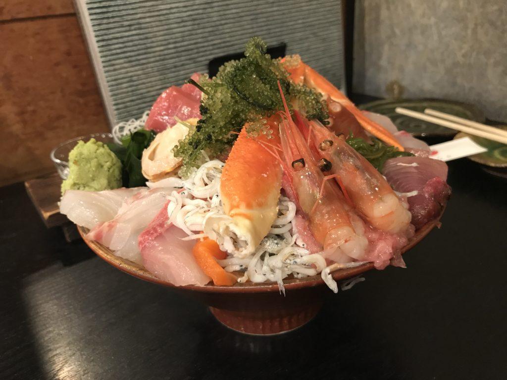 市場食堂さかなや本店の夜の豪華海鮮丼(2,300円)御飯大盛り(+100円)