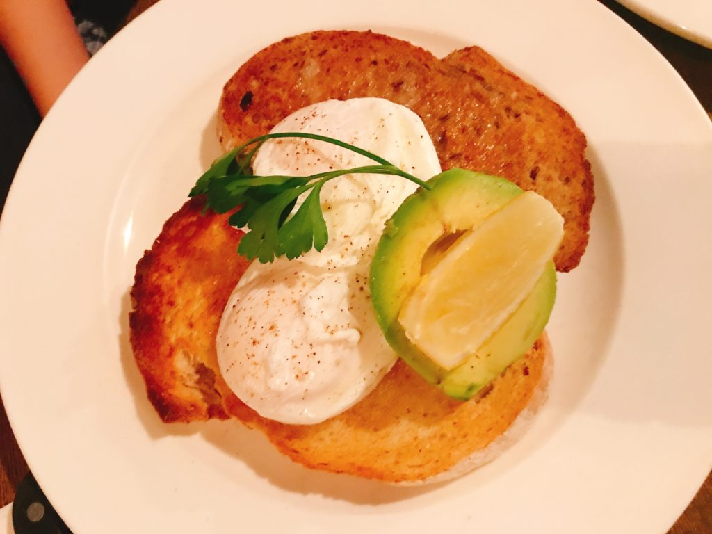 RONINのEGGS ON TOAST(POACHED) 880円