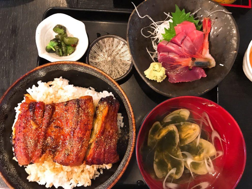 市場食堂さかなや(本店)のうな丼と刺身付き定食(1,500円)+ライス大盛り100円
