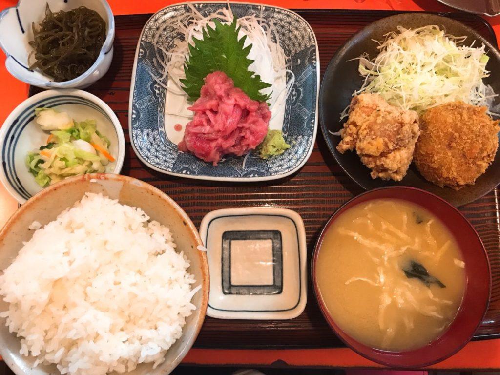 味安の本マグロの中落ち・唐揚げ・コロッケ定食(980円)