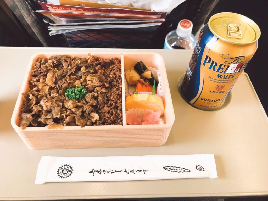 (参考)山形新幹線つばさ車内販売のお弁当「牛肉どまん中 1,250円」は米沢牛たっぷり✨