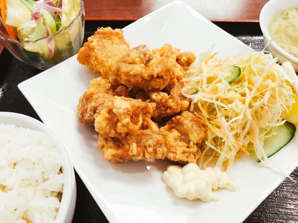 青山餃子房 亀有店の若鶏唐揚げ定食(580円)ご飯大盛り・ドリンクバー無料