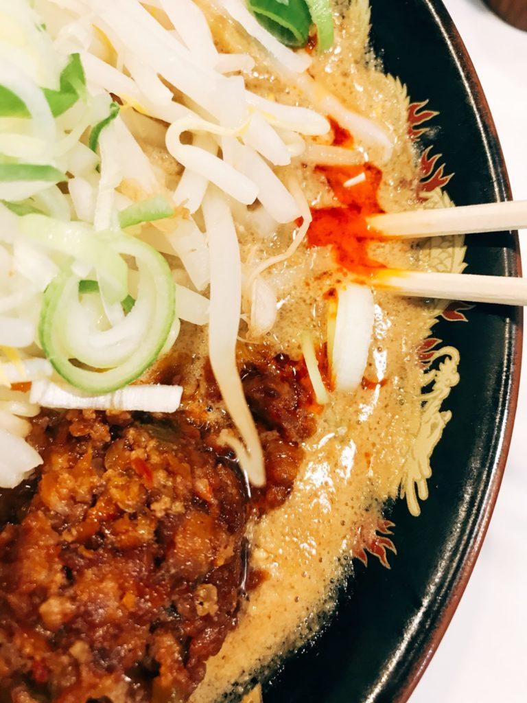 北海道ラーメン みそ熊(北千住店)の期間限定「濃厚味噌担々麺 」880円(大盛り無料)