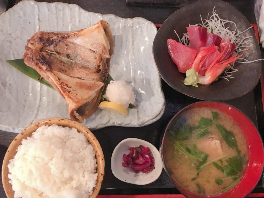 市場食堂さかなや(本店)のマグロアゴ肉塩焼きと刺身付定食(1,200円)+ご飯大盛り(100円)